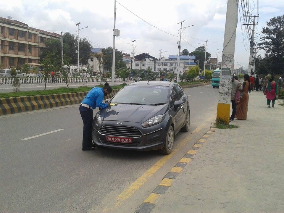 trafic-police-cach-car-nepal